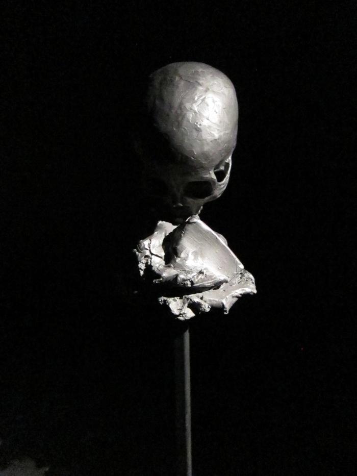 Chloé Piene. Sans Titre (CB). 2010. Fonte de fer et pique en acier. 33 x 33 x 160 cm. Courtesy : Chloe Piene & Nathalie Obadia Gallery, Paris / Bruxelles.