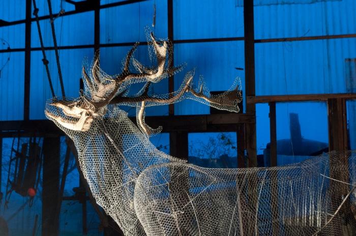 Jean-Luc Favéro. Cerf-transfiguré 2013. Crâne et bois de cerf, fer et grillage galvanisé. 400 x 300 x 250 cm. Courtesy : Jean-Luc Favéro.