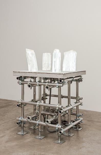 Siobhan Hapaska. Quatre Anges. 2012. Sélénite, aluminium, béton, tissu, composants éléctriques. 100x100x137cm. © Siobhan Hapaska. Courtesy : Andréhn-Schiptjenko Gallery, Stockholm.