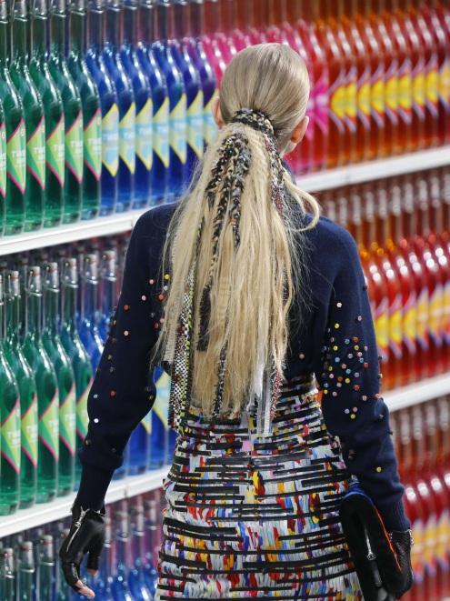 Le-detail-beaute-du-defile-Chanel-les-dreadlocks-rasta-chic