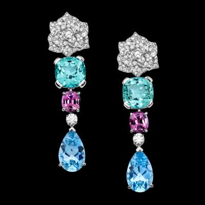 Boucles d'oreilles Piaget Rose en or blanc 18k, serties de 180 diamants taille brillant (env. 3,55 cts), de 2 tourmalines vertes taille coussin (env. 18,42 cts), de 2 spinelles roses taille ovale (env. 4,75 cts), et de 2 aigues-marine taille poire (env. 12,49 cts).