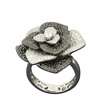 """Bague """" Fleur """" sertie de 1,4 carats de diamants blancs et 1,78 carats de diamants noirs poids : 16 g 8 320,00 €"""
